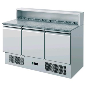 REFRIGERATED SALADETTE / PIZZA COUNTER - Mod. AK943P - STATIC COOLING - GASTRONORM 1/1 (cm 53x32,5) - GRANITE WORKTOP - STAINLESS STEEL BACK SHELF HOLDS N. 8 PANS GN 1/6 (cm 17,6x16,2) - N. 3 REFRIGERATED DOORS - Temperature +2°/+8°C - Dim. cm L 136,5 x D 70 x h 108 - CE marked