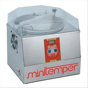 TEMPERATRICE PER CIOCCOLATO - Mod MINITEMPER - Raffreddamento ad aria fredda - Capacità bacinella lt. 5/Kg 3 - Power W 300 - Dimensions cm L 42 X P 40 X 40 H - EC STANDARDS